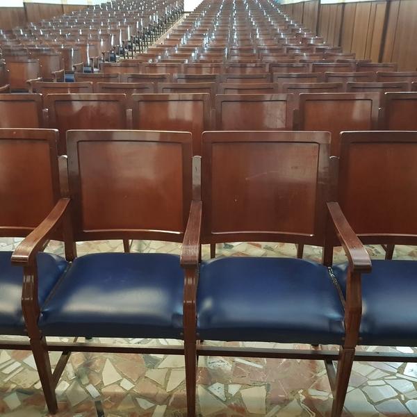 Tapizado de butacas del salón de actos de colegio en Huelva
