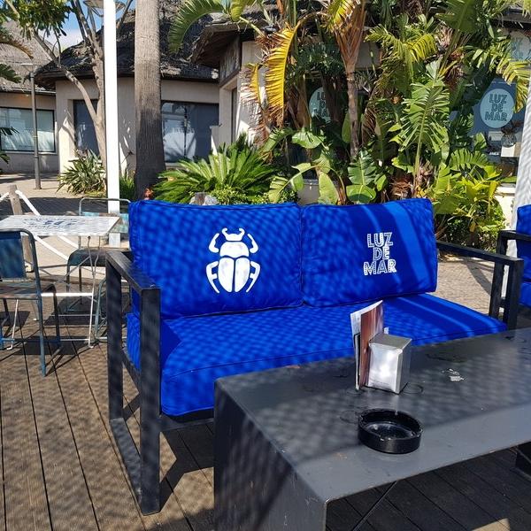 Tapizado mobiliario terraza de verano en la costa de Huelva