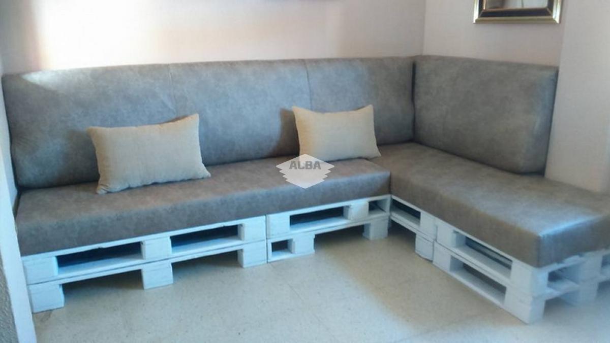 Fabricación a medida de estructura de chaise longe con pallets y confección de cojines y complementos